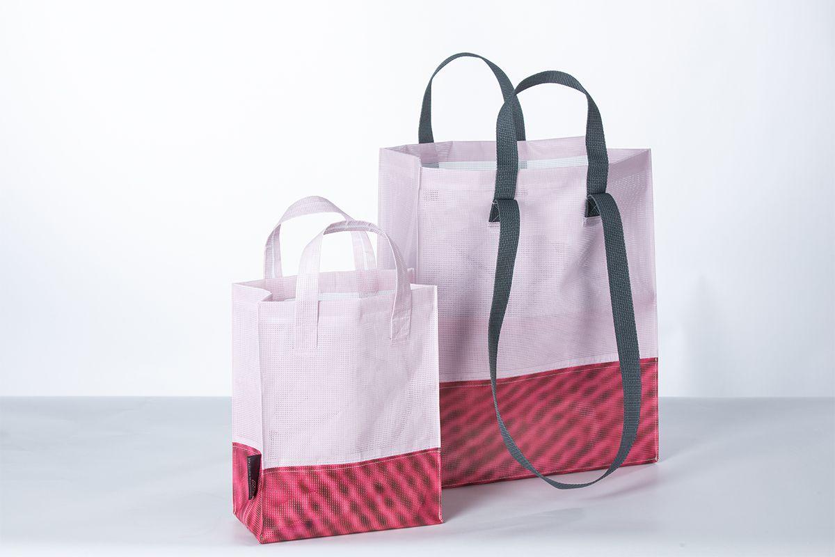 Megaposter-Taschen vom KSW für die Brustkrebssensibilisierung